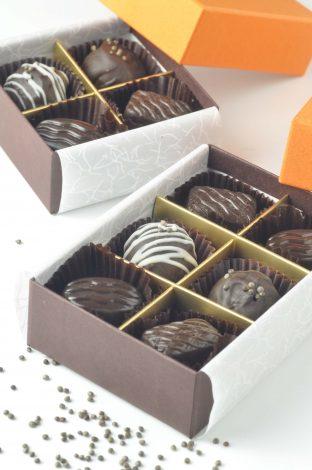 オメガ3であるαリノレン酸が豊富に含まれるえごまは、健康ブームで人気の素材。カカオポリフェノールとαリノレン酸のダブル抗酸化作用で、肌を健康に保ち、いつまでも若々しく!そんな栄養素がいっぱいのチョコレートです。(チョコレートの形状は予告なく変更する場合があります)