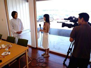 インタビュー取材をうける工場製造責任者の芳賀由香。ももれーどの開発者です。