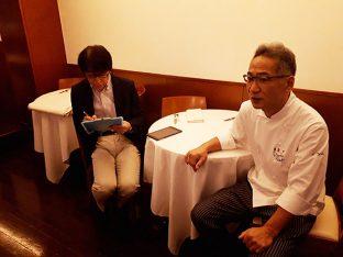 取材をうけていただいている鈴木シェフ(右)と月曜料理塾を主催企画している岡本さん(左)がインタビュアー